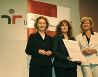 Ministerin Ursula von der Leyen 8Links) und Staatssekretärin Dagma Wöhrl (rechts) überreichten das Zertifikat