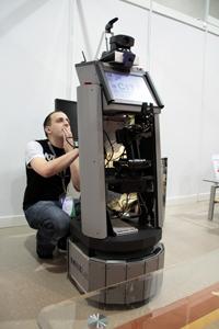 Jens Otto mit der Bielefelder Roboterplattform