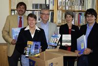 Prof. Dr. Michael Kotulla, Dorothea Schwartze (Umweltzentrum), Dr. Michael Höppner, Barbara Knorn und André Erpenbach (v.l.) freuen sich über die gelunge Bücherübergabe.