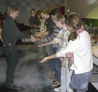 Event-Physik an der Universität Bielefeld: Das Publikum wird interaktiv in Versuche mit minus 200 Grad kaltem flüssigem Stickstoff einbezogen.