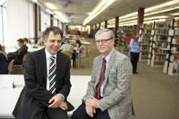 Nationaler Bibliothekspreis: Platz 2 für die Universitätsbibliothek Bielefeld. Der Rektor der Universität Bielefeld, Professor Dr.-Ing. Gerhard Sagerer (links), und der Direktor der Uni-versitätsbibliothek Bielefeld, Dr. Michael Höppner (rechts), im Lesesaal.