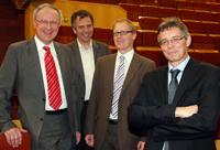 v. links:Prof. Dr. Ulrich Heinzmann (Fakultät für Physik), Professor Dr.-Ing. Gerhard Sagerer (Rektor Universität Bielefeld), Professor Dr. Dominik Schwarz (Dekan der Fakultät für Physik) und Honorarprofessor Dr. Helmut Stiebig.