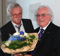 Michael Daalmann (links), Vorsitzender des Vereins, bedankt sich bei Prof. Dr. h.c. Helmut Steiner für seine langjährige ehrenamtliche Tätigkeit für das Absolventen-Netzwerk der Universität Bielefeld e.V.