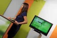 Moderatorin Julia Hebeler am Moderationspult im Campus TV-Studio.
