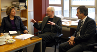 Ministerin Svenja Schulze im Gespräch mit Prof. Dr. Wilhem Heitmeyer (IKG) und Rektor Prof. Dr.-Ing. Gerhard Sagerer (v.l.)