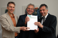 Die Professoren Thomas Faist und Martin Diewald präsentieren gemeinsam mit Rektor Professor Dr.-Ing. Gerhard Sagerer (v.l.) den 400 seitigen SFB-Antrag