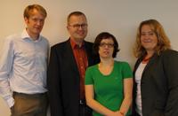 Zwei der Geförderten, Juniorprofessor Dr. Jan-Henrik Steg vom Institut für mathematische Wirtschaftsforschung (1. v.l.) und Dr. Margit Fauser von der Fakultät für Soziologie (2. v.r.) mit Professor Dr. Martin Egelhaaf und Alexandra Wiebke.