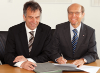 Vertragsunterzeichnung: Rektor Prof. Dr.-Ing. Gerhard Sagerer und Thomas Richter, Geschäftsführer Arbeitsagentur Bielefeld (v.l.)