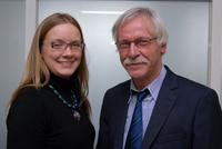 Der Vorsitzende der Absolventen-Netzwerkes Michael Daalmann begrüßt das neue Vorstandsmitglied Dr.Tatjana Zimenkova