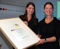 """Ariane Derks, Geschäftsführerin """"Deutschland – Land der Ideen"""" übergab die Auszeichnung an Prof. Dr. Gisela Lück"""
