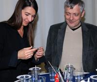"""Ariane Derks, Geschäftsführerin """"Deutschland – Land der Ideen"""" und Prorektor Prof. Dr. Rolf König beim Experimentieren"""