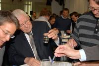 Auch Prof. em. Helmut Wenck nutze die Gelegenheit, die Versuche für die Kinder selbst auszuprobieren