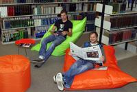 Halb Seminar, halb Wohnzimmer: Der neue Lernort_B1 bietet flexible Sitzgelegenheiten und Arbeitsformen für jeden Lerntyp.