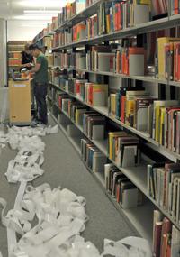Mehr als zwei Millionen Bücher der Bielefelder Universitätsbibliothek mussten neu etikettiert werden. Die leeren Trägerrollen, auf denen die RFID-Etiketten angeliefert wurden, schlängelten sich zwischen den Regalen. Fotos: E. Grevelding