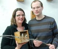 Barbara Caspers und Tobias Krause forschen zu der Frage, wie Singvögel ihren Geruchssinn einsetzen. Foto: Universität Bielefeld