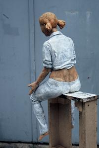"""Foto: Christian Stiesch - """"Pause"""" (Sitzende mit Colaflasche) 2008, Terrakotta, farbig gefasst."""