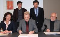 Die Unterzeichner (v.l.): Prof. Dr. Ingwer Paul (Direktor der BiSEd) und Rektor Prof. Dr.-Ing. Gerhard Sagerer (stehend), Dr. Jutta Diekmann (Leiterin ZfsL Minden), Hubert Goerke (Leiter ZfsL Bielefeld) und Dr. Hartmut Lenhard (Leiter des ZfsL Paderborn).