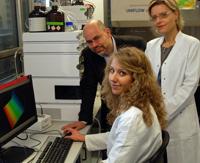 Professor Volker F. Wendisch, Mitarbeiterin Sabine Heider und Dr. Petra Peters-Wendisch (v. l.) wollen Bakterien dazu bringen, Methanol in nützliche Stoffe für die Industrie umzuwandeln.