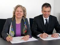 NRW-Wissenschaftsministerin Svenja Schulze und der Rektor der Universität Bielefeld, Prof. Dr.-Ing. Gerhard Sagerer, unterzeichneten die Ziel- und Leistungsvereinbarung.