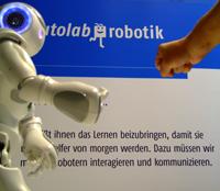 Roboter NAO aus dem teutolab-robotik der Universität Bielefeld kann sehen, hören, sprechen, tasten und kommunizieren – oder wie hier Schnick schnack schnuck spielen.