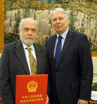 Der deutsche Botschafter Dr. Michael Schaefer (rechts) gehörte zu den ersten Gratulanten. Foto: Deutsche Botschaft Peking