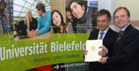 Staatsekretär Thomas Rachel (rechts) übergab den Bewilligungsbescheid an Rektor Professor Dr.-Ing. Gerhard Sagerer