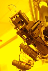 Eine Feinmechanik-Werkstatt im Miniaturformat: Mit Geräten wie dem Helius Nanolab FIB arbeiten die Wissenschaftler der Universität Bielefeld an Proben in Nanogröße. Schon kleinste Erschütterungen stören die Arbeit mit den hoch empfindlichen Geräten.