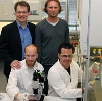 Das Wissenschaftlerteam (v.l.): Dr. Markus Damme und Björn Kowalewski (vorn) sowie Professor Dr. Thomas Dierks und Apl. Professor Dr. Torben Lübke (stehend).