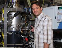 Dr. Patrick Oßwald analysiert Brennstoffe unter vergleichbaren BedingungenFoto: Universität Bielefeld