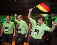 """Der Bielefelder Student Christian Brüggemann (Mitte) und seine Teamkollegen Helge Holzmann (links) und Elia Franke (rechts) wurden für die Umweltverträglichkeit ihres Navigationssystem """"Greenway"""" mit einem Sonderpreis belohnt. Foto: Microsoft Corporation"""