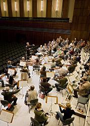 Am Montag, dem 8. Oktober um 19 Uhr spielen die Bielefelder Philharmoniker zur Semestereröffnung in der Universität.Foto: Phil Mahler