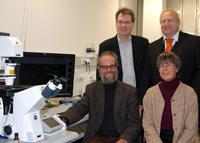 Mit einem Budget von 1,3 Millionen Euro schaffen sie neue Forschungsmikroskope an: die Professoren Dr. Thomas Dierks, Dr. Thomas Hellweg (hinten, v.l.), Dr. Christian Kaltschmidt und Dr. Gabriele Fischer von Mollard (vorne, v.l.). Foto: Universität Bielefeld