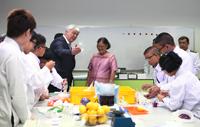 Dr. Rudolf Herbers erläutert Kronprinzessin Maha Chakri Sirindhorn die Experimentierreihen des teutolabs Chemie.
