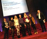 Das Bielefelder Campus TV Team eingerahmt von Jurorin und Moderator: Victoria Maiwald, Inga Seggelmann, Jochen Kopp, Viktoria Keiper und Nicola Krause nahmen in Essen die Urkunde entgegen.