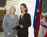 Ministerpräsidentin Hannelore Kraft ehrte Professorin Dr. Gisela Lück mit dem Bundesverdienstkreuz. Foto: modusphoto