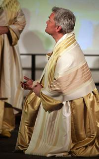 Erster Mönch und Sprecher in der Bielefelder Inszenierung ist Laiensänger und Betriebswirt Markus Wetzlich.
