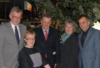 Gaben das Auftaktsignal für den Wunschbaum: Friedhelm Rieke, Chantal Schmidt, Dr. Günther Wienberg, Evelin Krüger und Rektor Gerhard Sagerer.