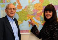 Professor Hans-Uwe Otto (links) und Dr. Alkje Sommerfeld koordinieren das Forschungsprojekt, an dem zwölf weitere europäische Partner beteiligt sind. Das Projekt erforscht Chancenge-rechtigkeit für benachteiligte Jugendliche in Europa. Foto: Universität Bielefeld