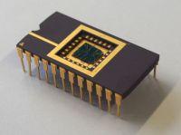 Lernfähiges Nano-Bauelement: 600 Mal dünner als das Haar eines Menschen ist der Bielefelder Memristor, hier eingebaut in einen Chip. Foto: Universität Bielefeld