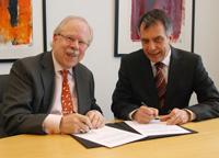 Rektor Prof. Dr.-Ing. Gerhard Sagerer (rechts) und der Vorsitzende der Deutsch-Japanischen Gesellschaft Bielefeld Peter H. Meyer haben eine Kooperationsvereinbarung unterzeichnet.
