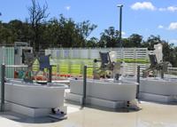 Die Mikroalgen werden zu Testzwecken sowohl in einem geschlossenen Röhrensystem als auch in offenen Wannen gezüchtet. Foto: University of Queensland