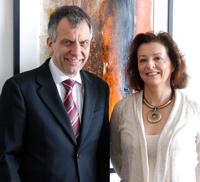 Rektor Prof. Dr.-Ing. Gerhard Sagerer begrüßt Prof. Dr. Françoise Rétif an der Universität Bielefeld. Foto: Universität Bielefeld