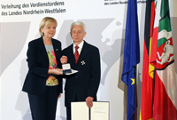 Ministerpräsidentin Hannelore Kraft hat den Landesverdienstorden an Prof. em. Dr. Karl Krahn der Universität Bielefeld verliehen. Foto: Roberto Pfeil