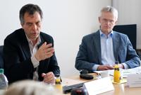 Rektor Prof. Dr.-Ing. Gerhard Sagerer (links) und Dr. Ulrich Körber, Dezernent für akademische und studentische Angelegenheiten, informierten über den Stand der Vorbereitungen auf den doppelten Abiturjahrgang.