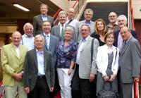 Auch der Kanzler der Universität Bielefeld, Hans-Jürgen Simm (oben links), nahm an dem Alumnitreffen teil. Er schloss sein Jurastudium 1974 ab, ist dem ersten Absolventenjahrgang aber seit Studienzeiten freundschaftlich verbunden. (Foto: Universität Bielefeld)