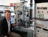 Prof. Dr. Norbert Mitzel mit dem modernisierten Gas-Elektronendiffraktometer.