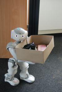 Alle müssen beim Umzug mit anpacken: Auch Roboter Nao (Bild). An ihm wird an der Univer-sität Bielefeld erforscht, wie intelligente Assistenzsysteme helfen können, Menschen körperlich und geistig fit zu halten.