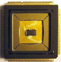 Juniorprofessorin Dr. Elisabetta Chicca von der Universität Bielefeld und ihre Kollegen haben Multineuronen-Chips (Bild) entwickelt, die die Funktionsweise eines echten Hirns imitieren.