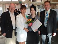 Peter H. Meyer, Präsident der Deutsch-Japanischen Gesellschaft, und Vizepräsidentin Mami Busse mit Preisträgerin Aki Mizumori und Laudator Prof. Dr. Wolfgang Braungart von der Universität Bielefeld (v.l.).