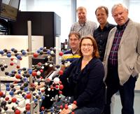 Ein CeBiTec-Forscherteam hat in einem internationalen Projekt das Hamstergenom sequenziert. Das Foto zeigt Mitglieder des Teams (hinten v.l.) PD Dr. Andreas Tauch, Prof. Dr. Thomas Noll, Prof. Dr. Alfred Pühler, (vorne v.l.) Oliver Rupp und Dr. Karina Brinkrolf. Foto: Universität Bielefeld